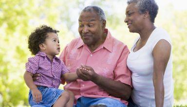couple retraités avec enfant souriants dans la nature
